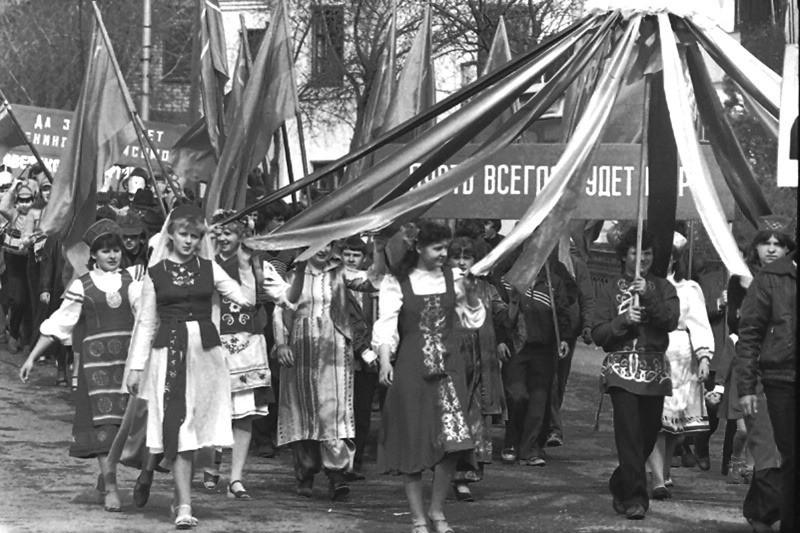 6 фотографий коммунистических праздников СССР